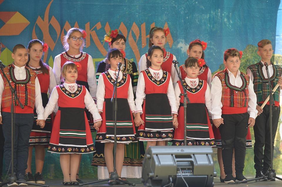 100-годишни носии и впечатляващи изпълнения на сцената на Фолклорна магия в Банско